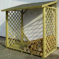 Dřevěný dřevník s podlážkou k fasádě domu